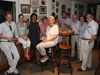 Alte Herren und Damen in unserer Bar